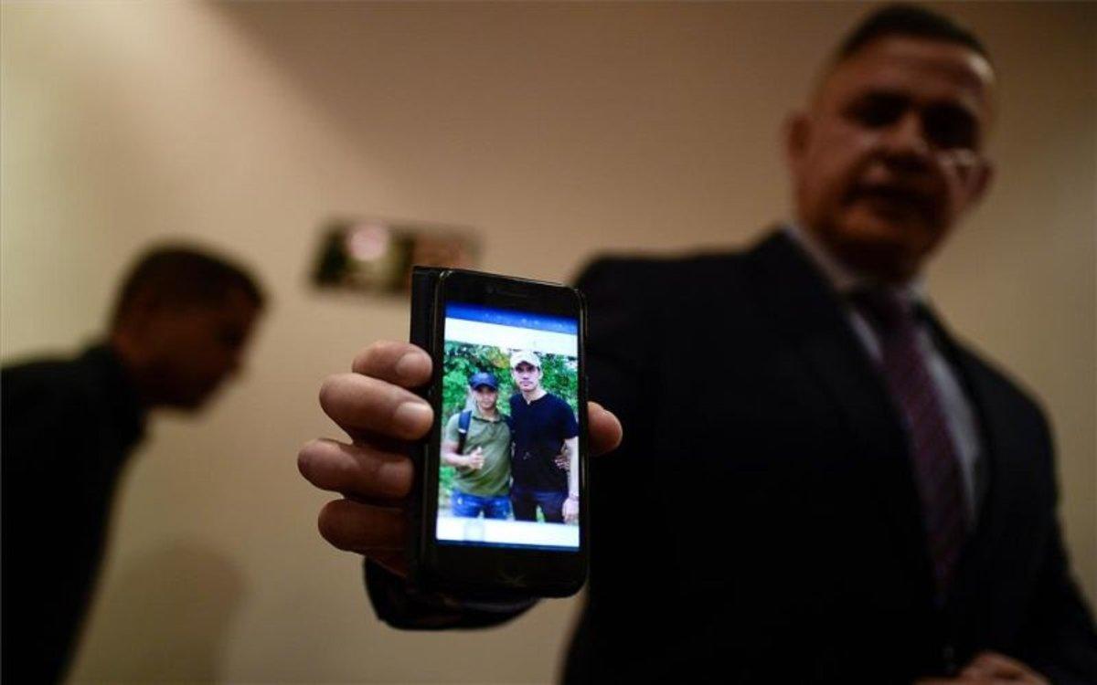 El fiscal general de Venezuela, Tarek Saab, muetras las fotos que involucran a Juan Guaidó.