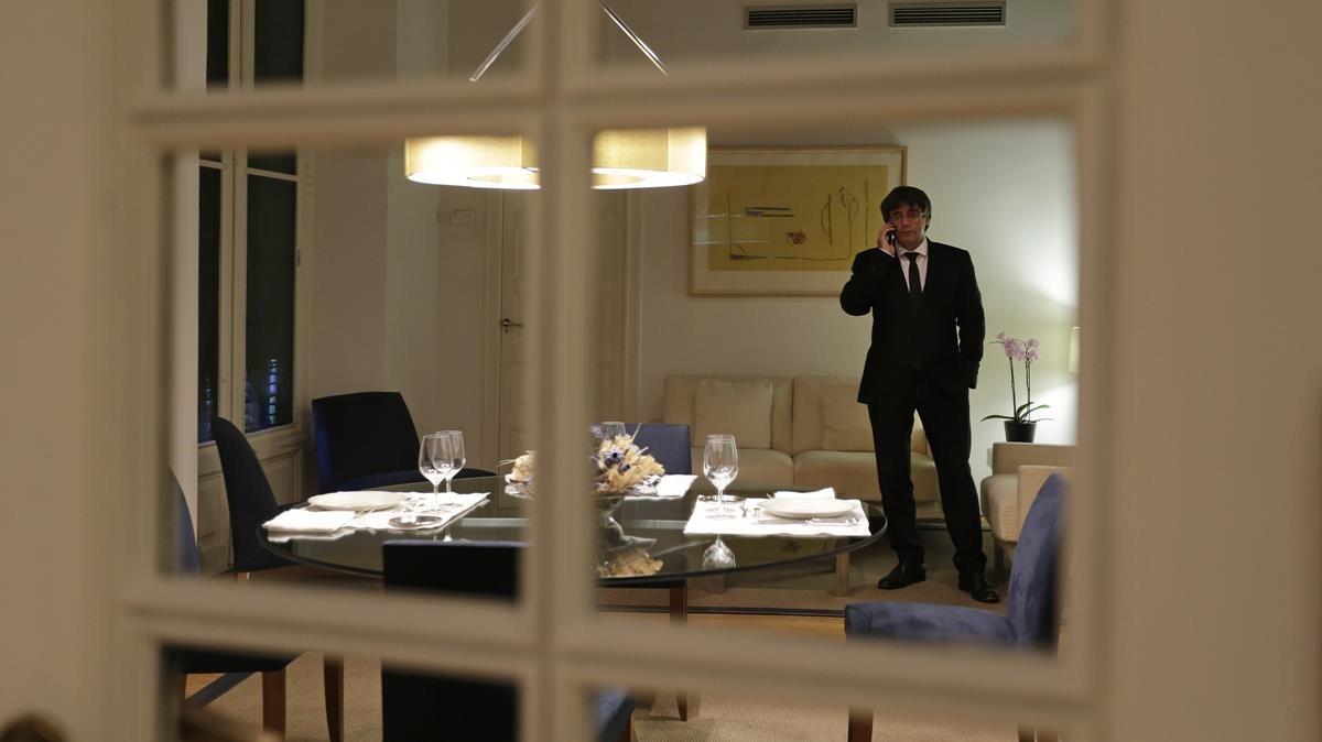Carles Puigdemont prepara su intervencion en su despacho del Palau de la Generalitat