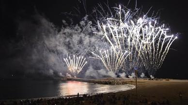 Fuegos artificiales en la playa de la Barceloneta.