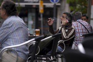 Una persona fuma en la terraza de un bar de Madrid, que ya está en la fase 1 de la desescalada.