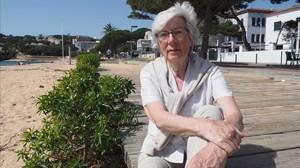 Gemma Plana, afectada de electrosensiblidad, en una playa barcelonesa.