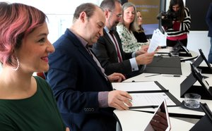 Gisela Navarro y Carles Ruiz junto al resto de representantes del proyecto durante la firma del documento