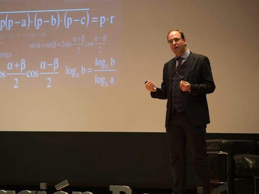 Gonzalo Hervás explicando una falsa fórmula de la felicidad.