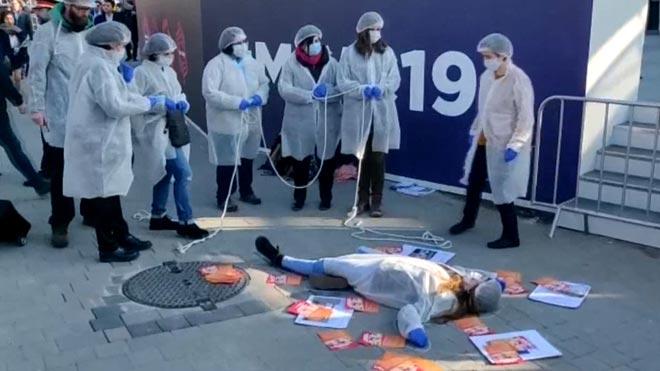 Un grupo de activistas denuncian la explotación laboral en la industria tecnológica a las puertas del Mobile World Congress.
