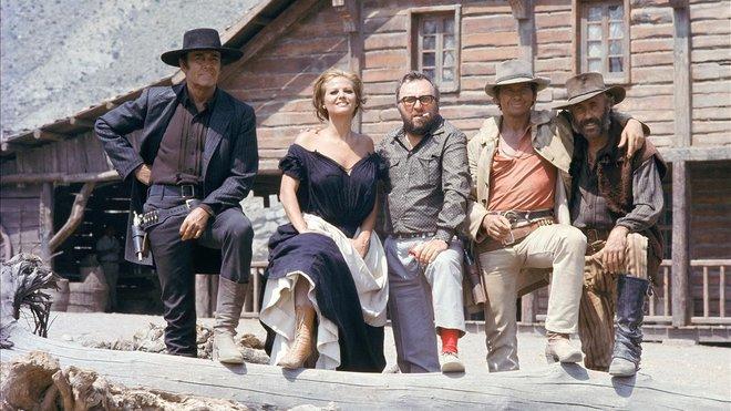 Henry Fonda, Claudia Cardinale, Sergio Leone, Charles Bronson y Jason Robards, durante el rodaje de Hasta que llegó su hora
