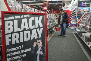 Un hombre busca ofertas en una tienda de electrónica, durante el Black Friday del año pasado.