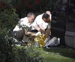 El hombre fallecido, en el suelo del Parque del Retiro, este sábado.