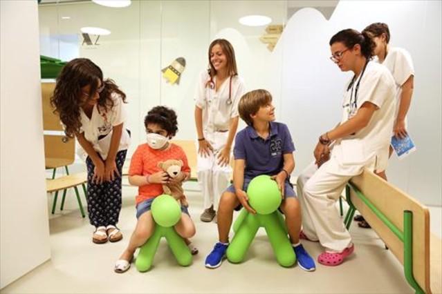Algunos de los futuros pacientes, durante unavisita a la nueva unidad de Oncología Pediátrica.