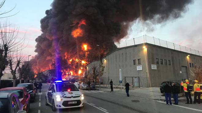 Espectacular incendi en un polígon industrial de Barcelona
