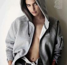 Irina Shayk, fotografiada per Mario Testino, amb una dessuadora de Nike.