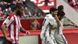 Isco recibe el abrazo de Asensio y James tras marcar el gol del empate ante el Sporting.