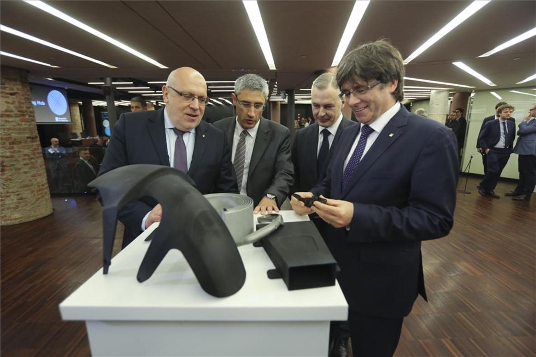 De izquierda a derecha, el conseller Jordi Baiget; el director general de HP 3D Print, Ramon Pastor; Víctor Escobar, director general de Renishaw, y el president Carles Puigdemont, antes de la presentación del Hub de impresión 3D.