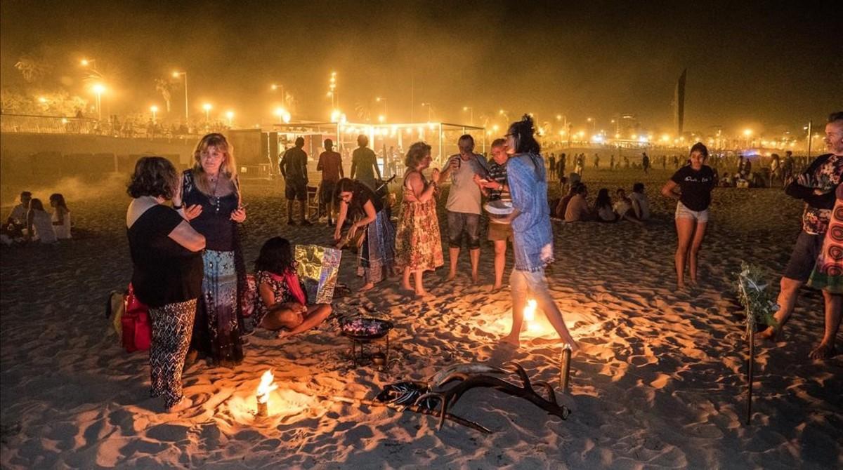 Las playas barcelonesas recibieron este Sant Joan a 59.000 personas. En la foto, unahoguera en la playa de Bogatell.