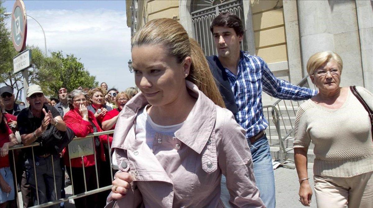 Jesulin de Ubrique acompaña a su suegra, Remedios Torre,s y a su mujer, Maria Jose Campanario, a la Audiencia Provincial de Cadiz para declarar por la operacion Karlos. En mayo del 2011.