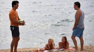Joel Joan y Julio Manrique, en el rodaje de la segunda temporada de El crac en la playa de la Nova Mar Bella.