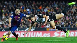 Jordi Alba lucha con Gabriel Paulista.