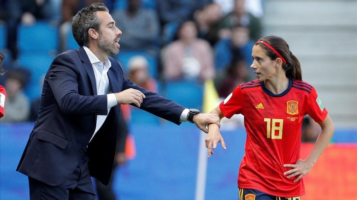 Jorge Vilda y Aitana Bonmartí, en el partido contra Sudáfrica.