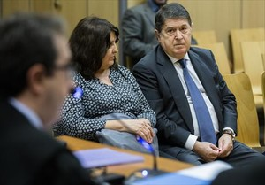 José Luis Olivas y su esposa, Mercedes Álvarez, en el banquillo de los acusados,en Valencia.