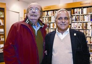 Juan Cueto (izquierda) y Juan Cruz, en la librería Cervantes, de Oviedo, la tarde del lunes pasado.