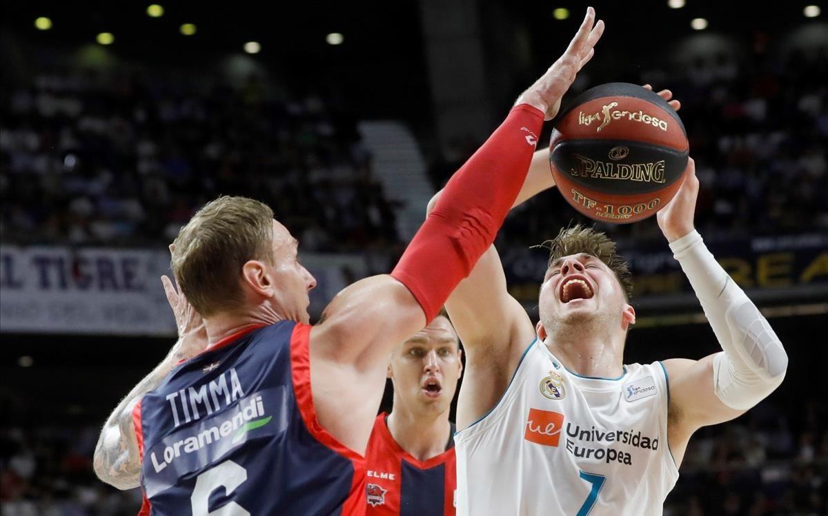El jugador del Baskonia Timma le cierra el camino a canasta a Doncic en el primer aprtido de la final