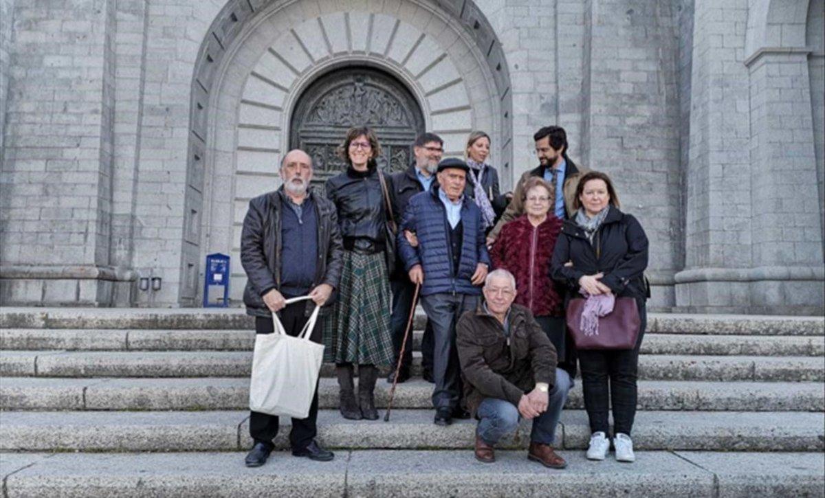 Las familias, a la puerta de la basílica del Valle de los Caídos.