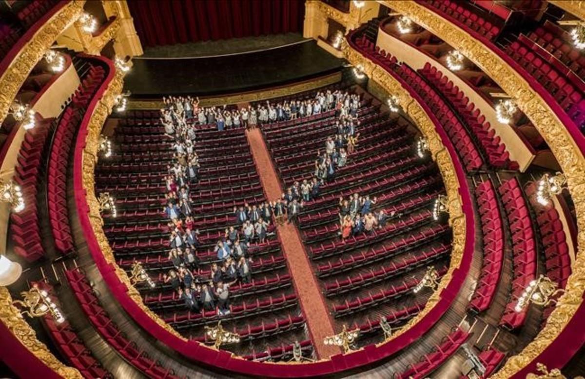 Un centenar de alcades, tenientes de alcalde y regidores de cultura de Catalunya y Baeares, simbolizan el gran crecimiento deeste año de'Liceu a la fresca' en la platea del Gran Teatre.
