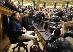 El líder de Podemos, Pablo Iglesias, sentado en el hemiciclo del Congreso de los Diputados, con motivo de la jornada de puertas abiertas a la ciudadanía celebrada este jueves en Madrid.
