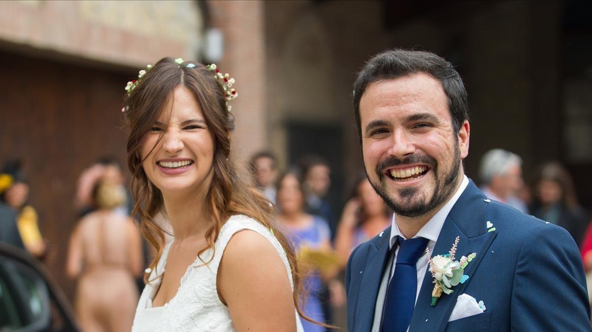 Alberto Garzón y Anna Ruiz, tras casarse.