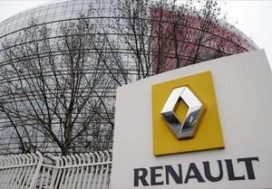 El logo de Renault en la sede central del grupo en París.