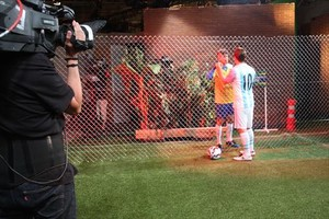 Los actores Carles Roig y Jordi Rios, que dan vida a Neymar y Messi, respectivamente, en la grabación de Crackovia América.