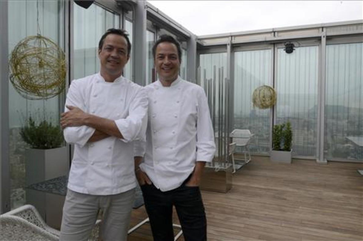 Los hermanos Torres, Javier y Sergio, en la terraza del restaurante Dos Cielos. Foto: Mònica Tudela