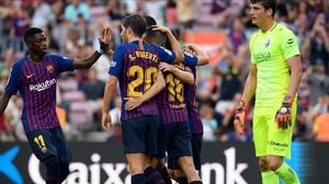 Los jugadores del Barça celebran el autogol de Pulido.