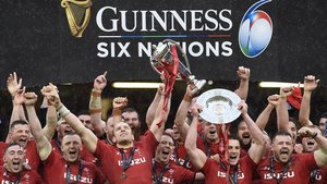 Los jugadores de Gales celebran el triunfo ante Irlanda en Cardiff.