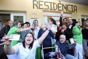 Trabajadores de una residencia de ancianos de Roda de Berà celebran el segundo premio de la lotería de Navidad.