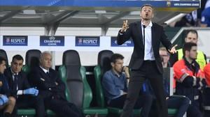 Luis Enrique da instrucciones a sus jugadores en el duelo con el Borussia.