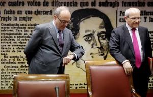El gobernador del Banco de España,Luis María Linde, junto al presidente de la Comisión de Presupuestos del Senado,José Montilla.