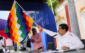 Nicolás Maduro con la bandera de los pueblos indígenas de Bolivia.