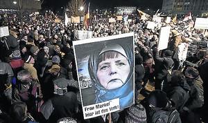 Manifestación del grupo islamófobo Pegida contra la política de Merkel sobre refugiados.