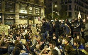 Manifestantes enla concentración de Urquinaona, este sábado.