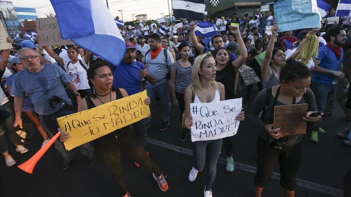 Manifestantes sostienen carteles contra el presidente Ortega, en Managua, el 22 de abril.