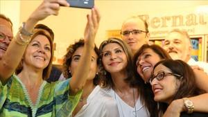 María Dolores de Cospedal, acompañada de la ex ministra Dolors Montserrat, fotografiándose con afiliados y simpatizantes en la sede del PP en Barcelona.