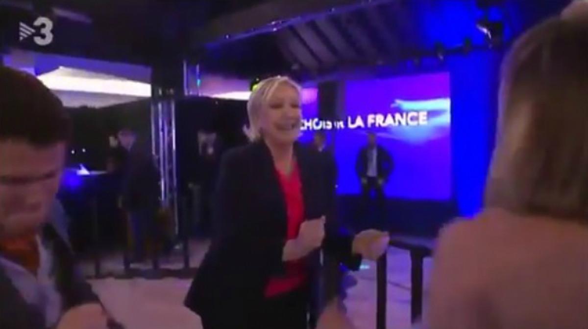 Captura de las imágenes de TV-3 en la que se puede ver a Marine Le Pen bailando en la noche electoral.