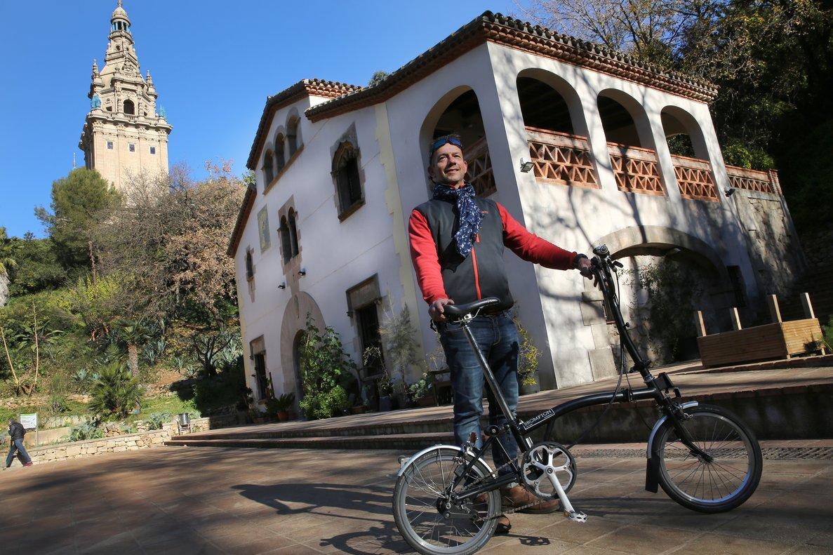 Mark Scrancher, dueño de The Bike Club, ante la masía 'secreta' del Jardí Botànic Històric que se esconde tras el Palau Nacional de Montjuïc.