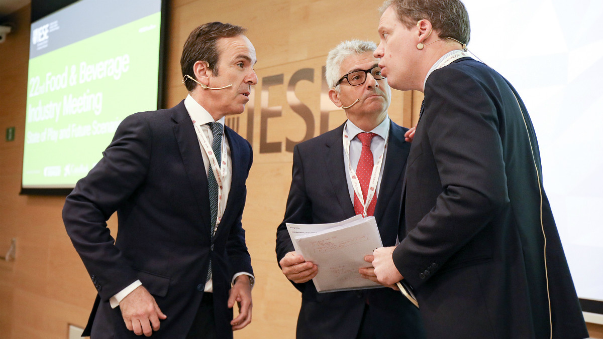 Mauricio García de Quevedo, José María Bonmatí y el responsable de la jornada sobre alimentación en el IESE, Adrián Caldart.