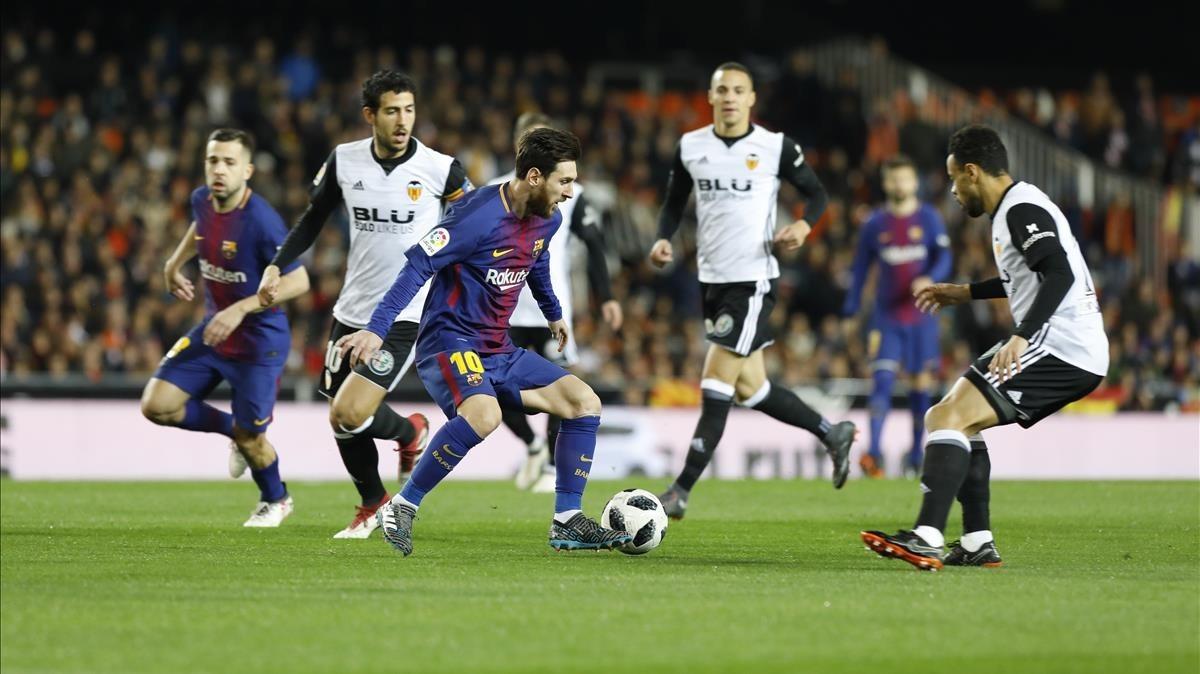 Messi, rodeado de valencianistas, en Mestalla.