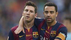 Messi y Xavi abrazados en un partido de Liga de la temporada2014-2015