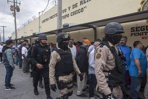 La prisión de Topo Chicoen Méxicocustodiada por guardias.