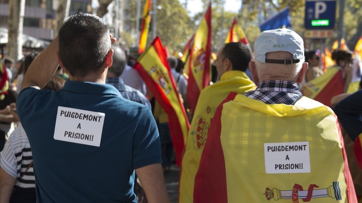 Miles de personas se concentran en el Passeig de Gràcia, bajo el lema Tots somCatalunya.