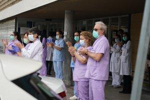 Trabajadores de Osakidetza (servicio vasco de salud) del Hospital de Galdakao aplauden en recuerdo a la enfermera de 52 años fallecida por Covid-19 donde desarrollaba su labor profesional en la sexta planta. El aplauso, acompañado también de 5 minutos de silencio, ha sido convocado por los sindicatos de SATSE, ELA, LAB, SME, CCOO, UGT, ESK, SAE y UTESE, en Vizcaya, País Vasco (España), a 20 de marzo de 2020.