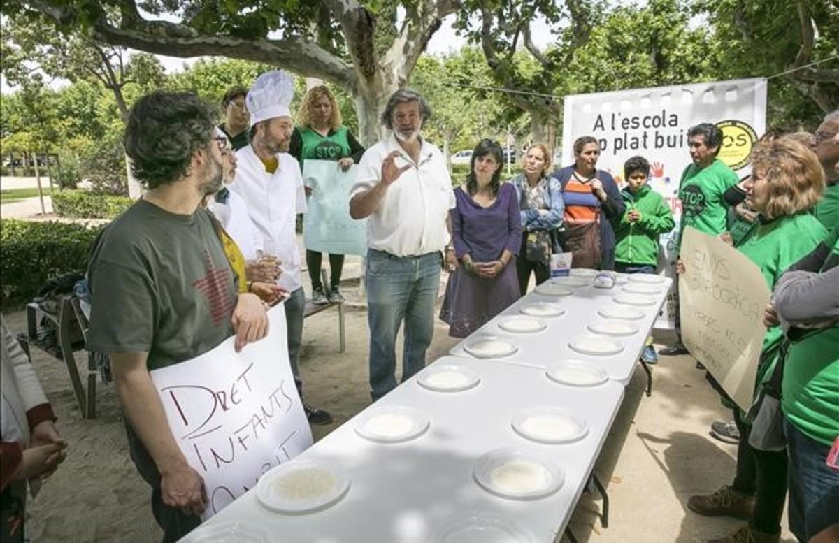 Participantes en la concentración delante del Parlament para reclamar mejoras en el sistema de becas de comedor.